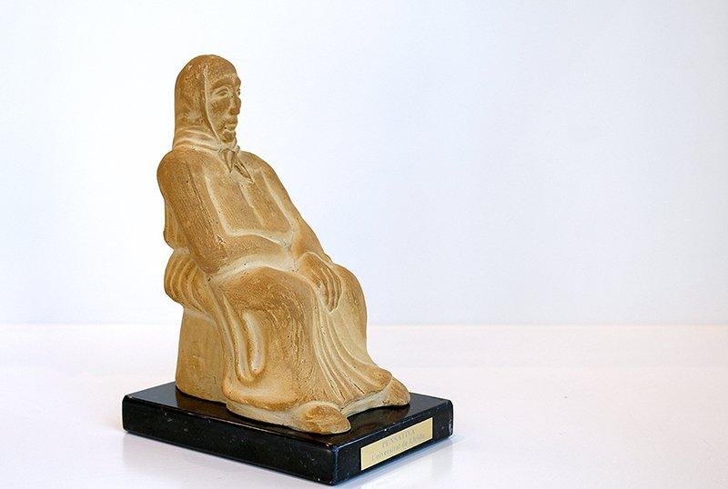 Pensativa. Reproducció en argila de l'obra escultòrica.